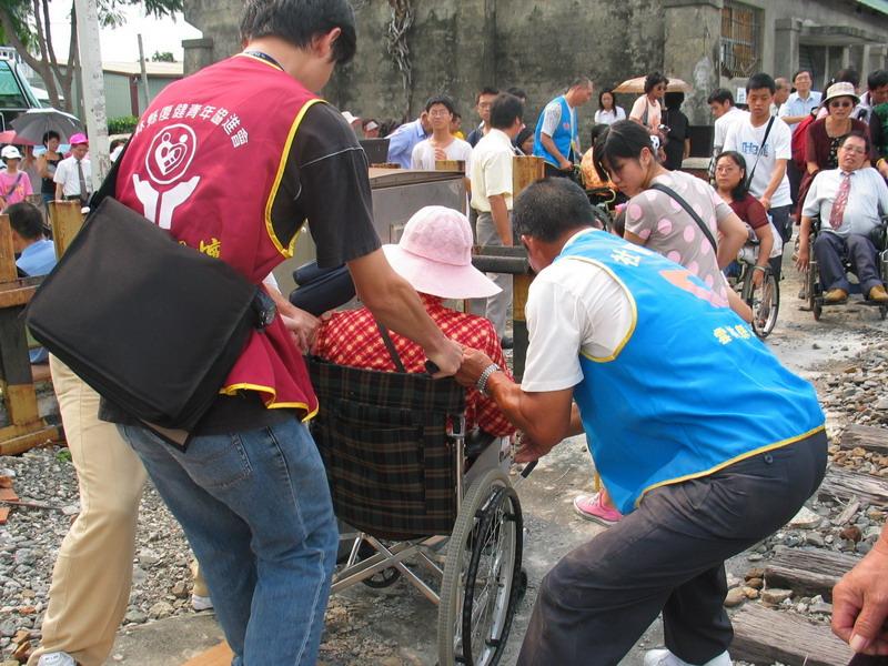 旅遊-協助推輪椅